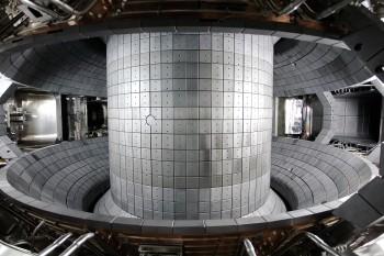 KSTAR의 진공용기 내부의 모습. KSTAR에서 생성되는 최대 자기장의 세기는 지구 자기장에 14만 배에 이른다. - 국가핵융합연구소 제공